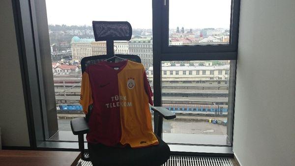 Nové působiště vydraženého dresu v kanceláři nad Prahou